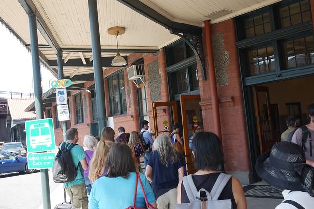 金, 2015-07-17 14:30 - Portland Union StationでCascadeに乗る人たちの列