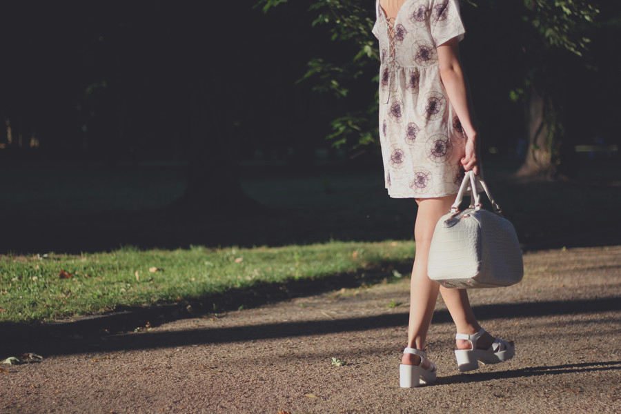 outfit-back-bag-white-sundown-late-evening-summer-hot-legs-sandals-sexy