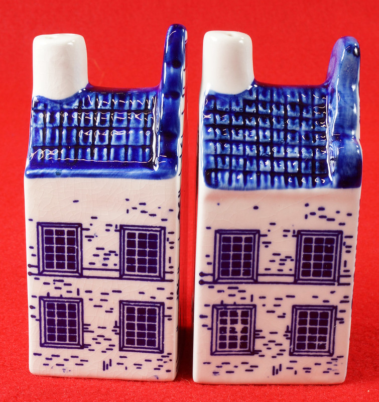 RD9063 Delft Blue ELESVA CANAL Ceramic House Set of 2 Classic Vintage Salt Pepper DSC08463