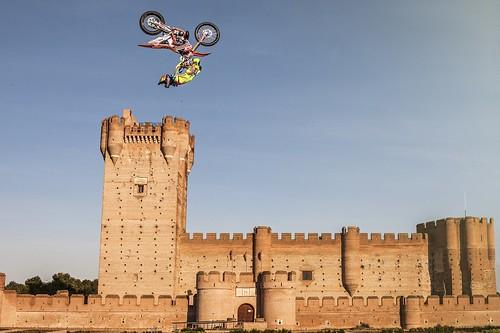 AionSur 19331067468_459d0e3193_d Dany Torres calienta motores saltando sobre el histórico Castillo de la Mota Deportes