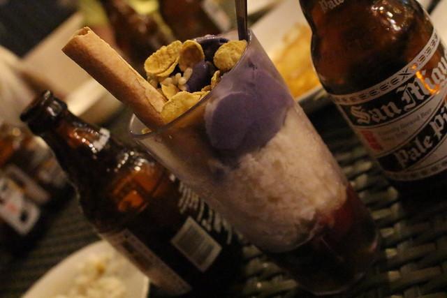 フィリピンの代表的デザートのハロハロ。アイスとあんみつをパフェにしたような感じ。