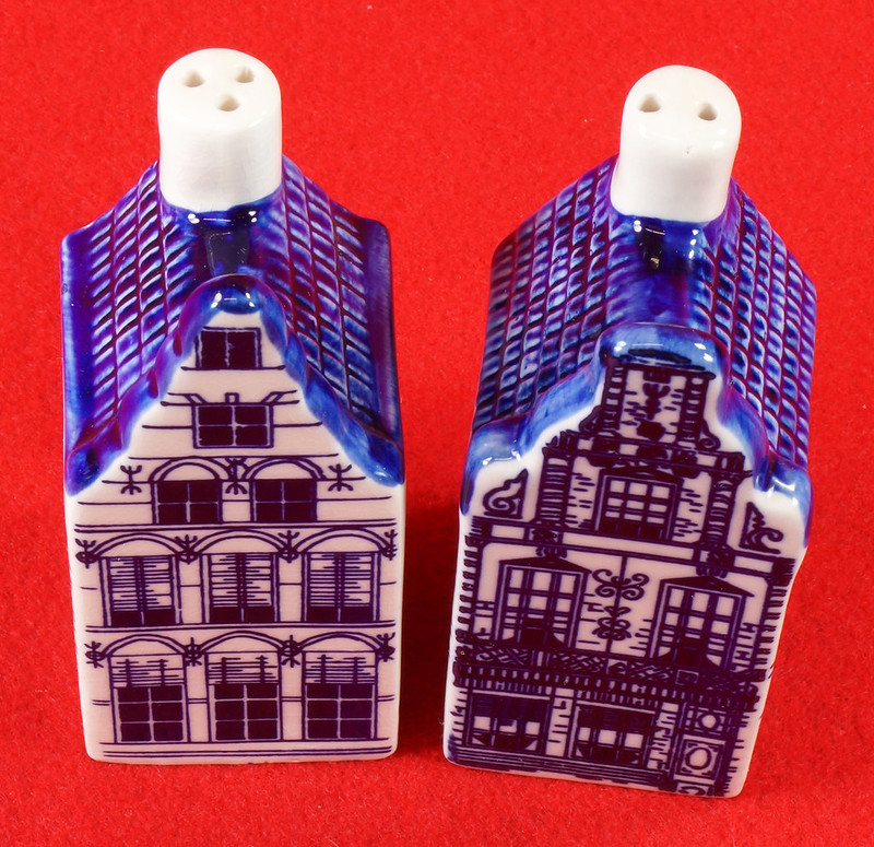 RD9063 Delft Blue ELESVA CANAL Ceramic House Set of 2 Classic Vintage Salt Pepper DSC08456