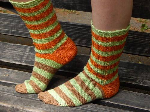 18a7be030dd2a полосатые носки, связанные спицами сверху вниз, с клином на подошве |  ХорошоГромко.ру