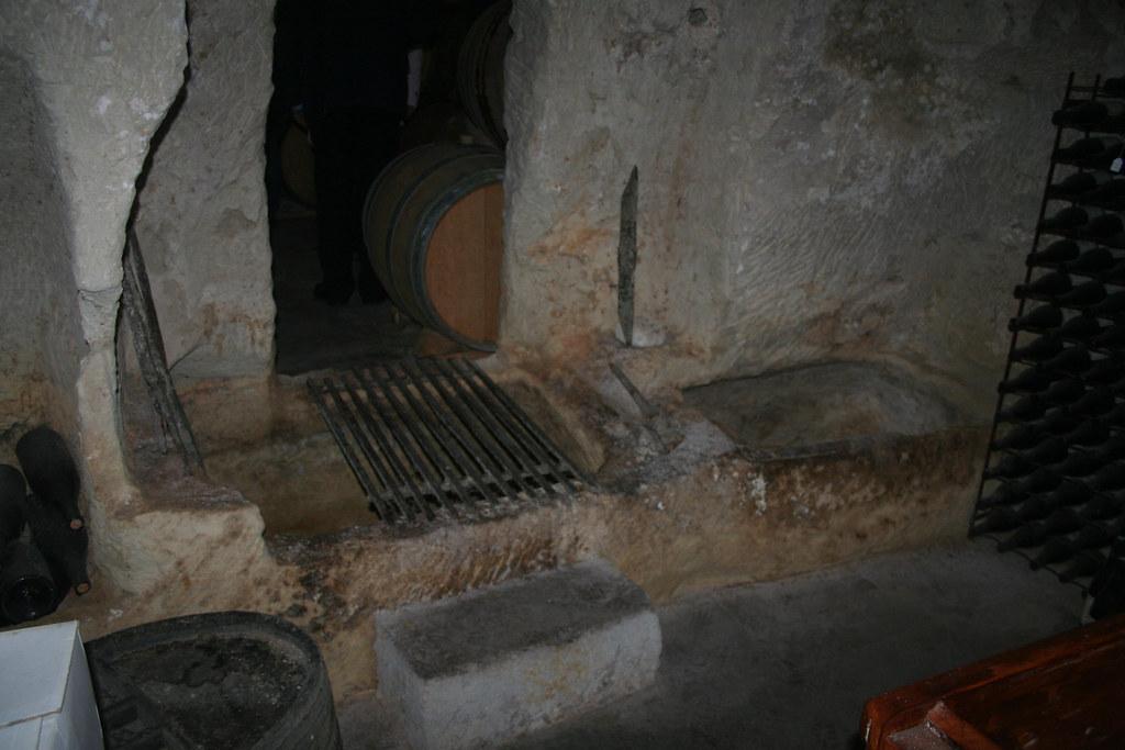 Utgrävda stentankar i källaren till Saint Cosme i Gigondas