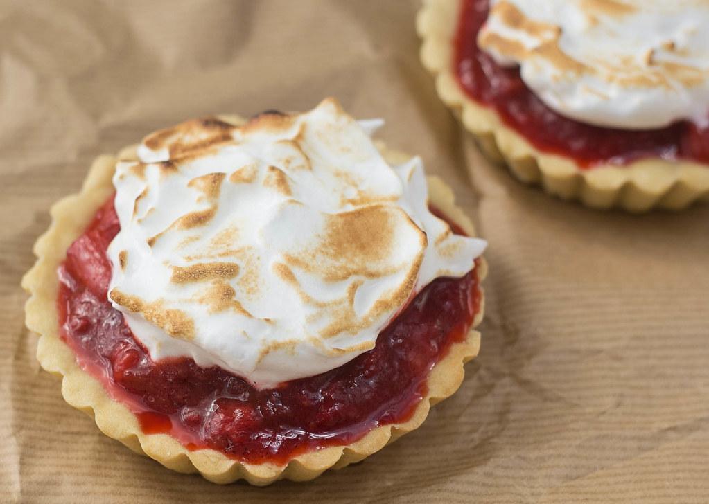 Jordbær-rabarbertærter med marengs (4)