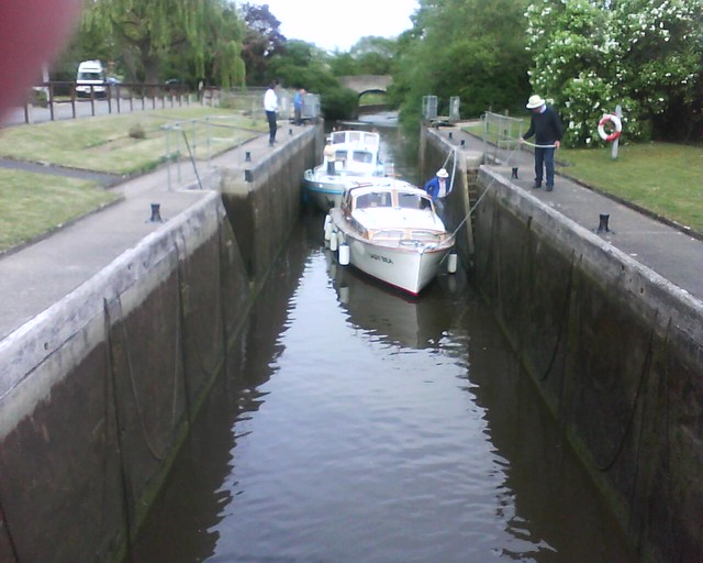 बोटीचा जलपायरीत प्रवेश