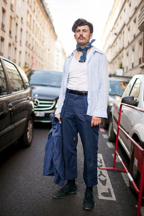 ライトブルーストライプシャツ×紺ワークパンツ×黒ダービーシューズ