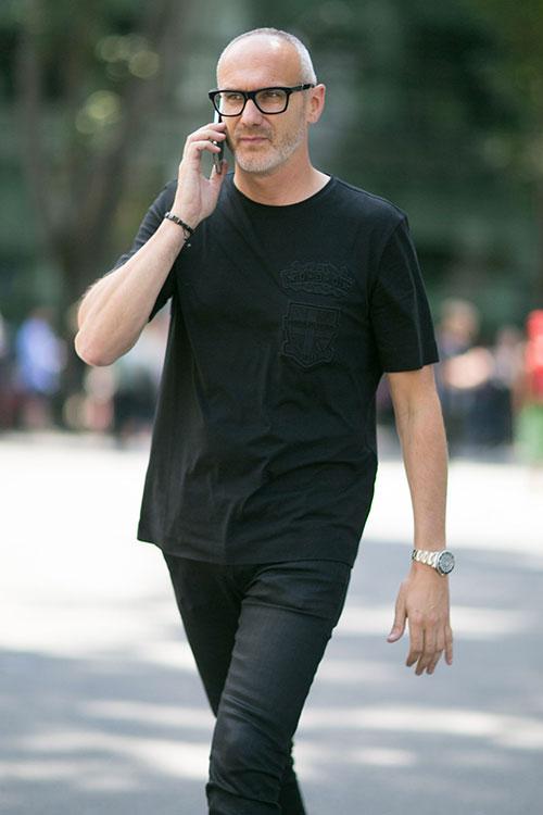 黒Tシャツ×ブラックジーンズ