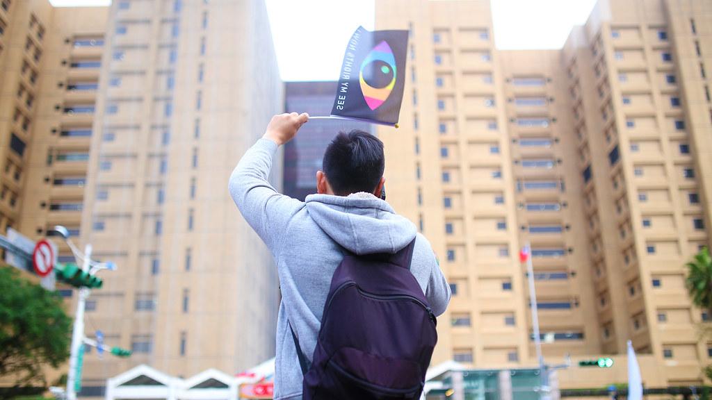 婚姻平權 世界人權日遊行 Taipei, Taiwan / Sigma 35mm / Canon 6D 他似乎找到了朋友,揮舞的旗幟!  Canon 6D Sigma 35mm F1.4 DG HSM Art IMG_0575_16x9 2016/12/10 婚姻平權 世界人權日遊行 Photo by Toomore