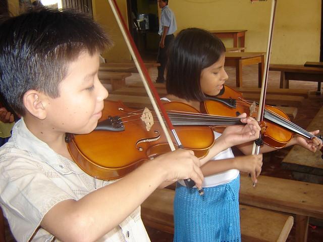 Ninos Tocando Violin