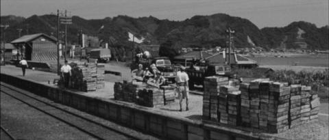 65−貨物列車の到着を待つ天津小湊駅ホームでは鮮魚が