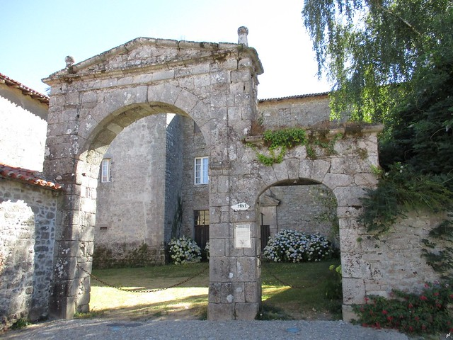 Porche de l'ancien Couvent, Canon IXUS 175