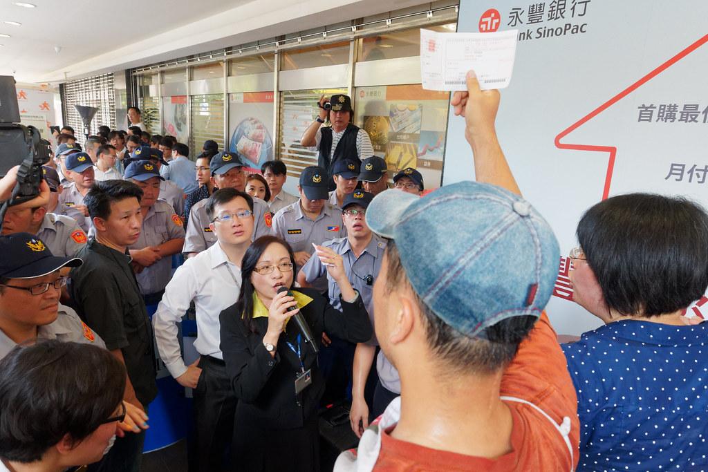 李尚彥欲參加股東會,但在重重警力戒護下,永豐金控代表堅稱他的要求於法不合。(攝影:林佳禾)