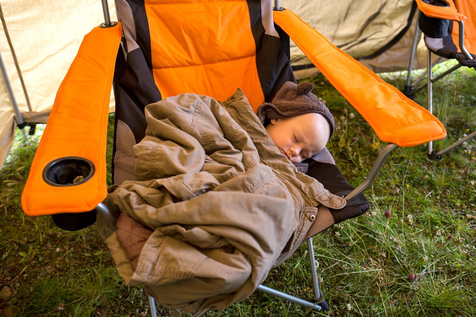Лагерь разбили довольно рано. Так как погода была плохая, то дождик моросил то ветерок, разложил стенки у маркизы и получилось усыпить сына прямо на кресле.