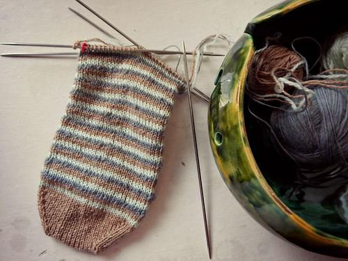 полосатый носок на фоне вазы для клубков | ХорошоГромко.ру