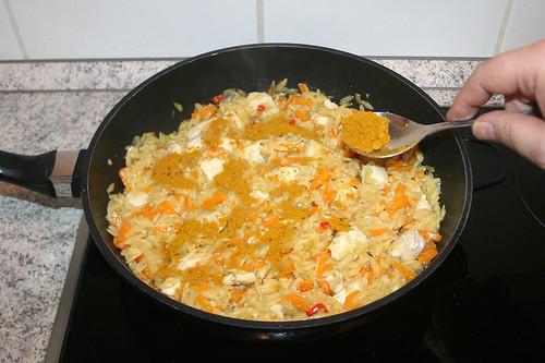 38 - Pfanneninhalt mit Curry bestäuben / Add curry