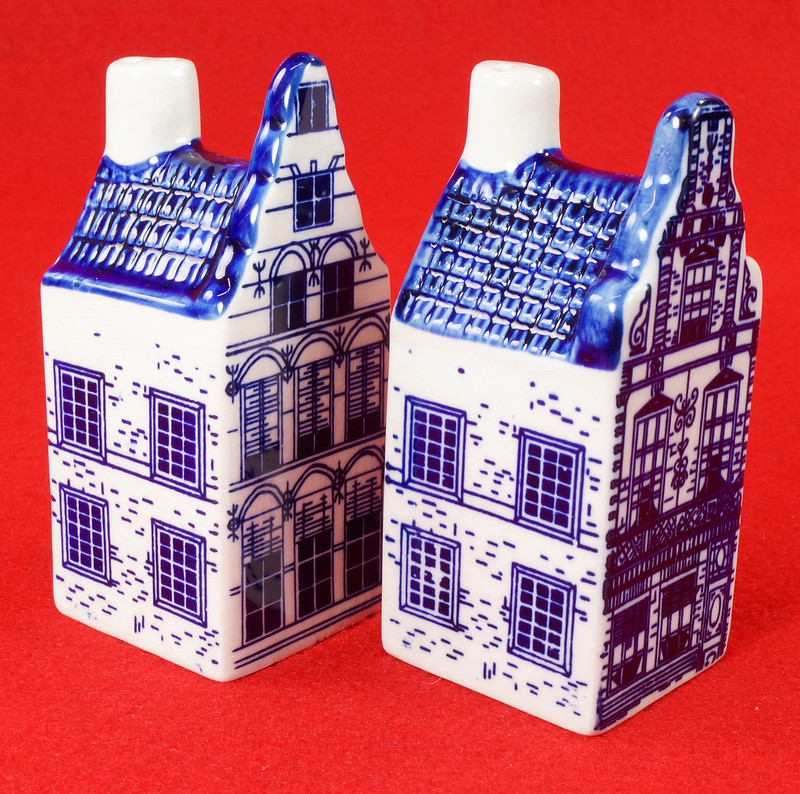 RD9063 Delft Blue ELESVA CANAL Ceramic House Set of 2 Classic Vintage Salt Pepper DSC08464