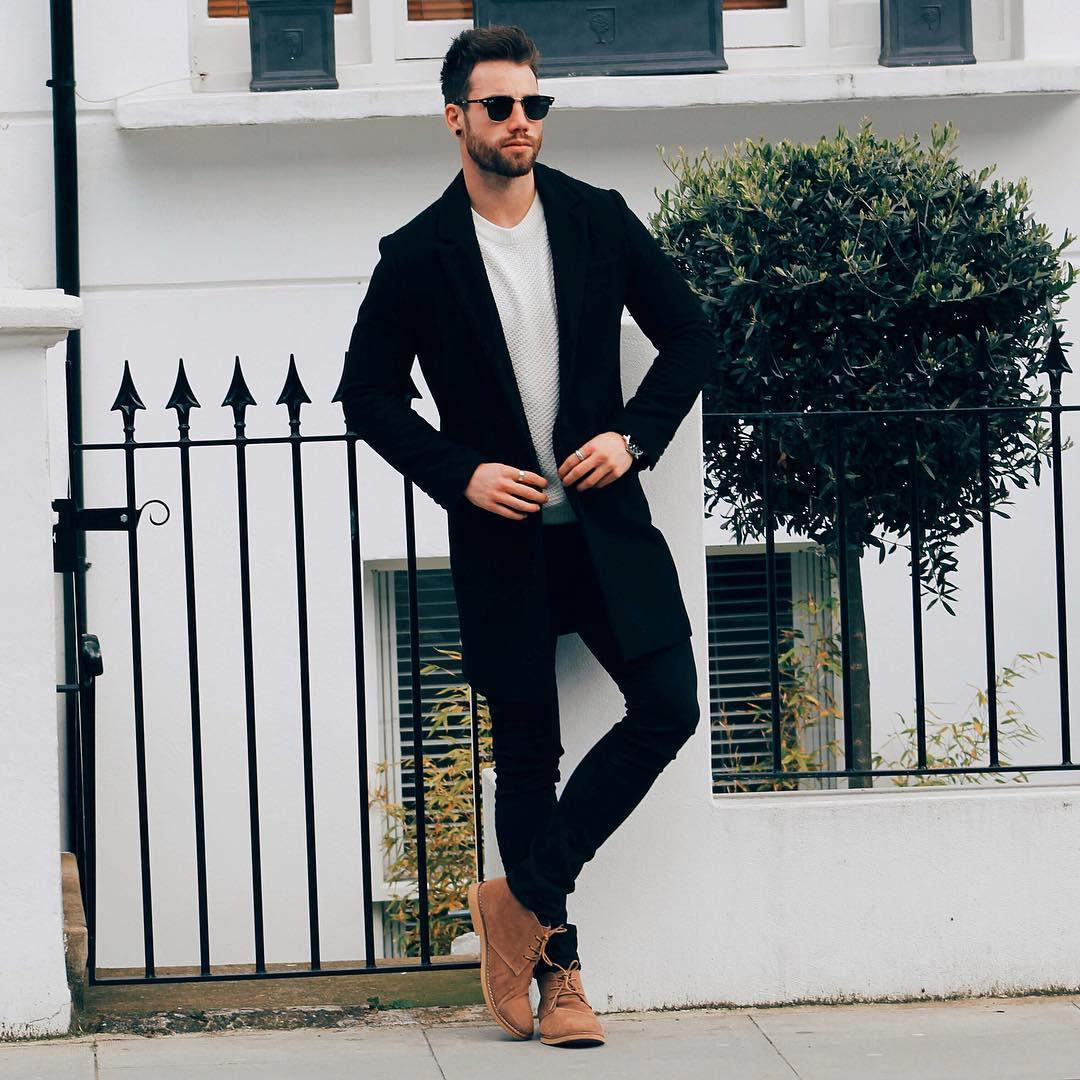 黒チェスターコート×ライトグレークルーネックセーター×黒パンツ×ブラウンチャッカブーツ