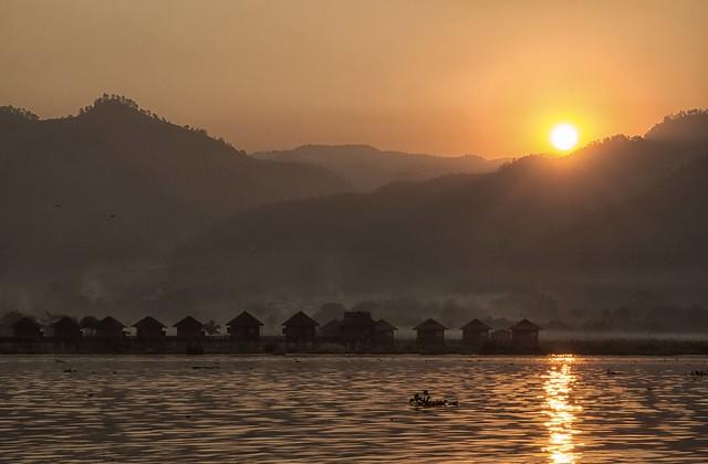 alba sul lago inle