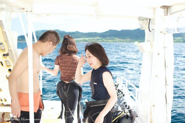 お母さんはちょっぴり緊張気味だけど、ももかちゃんは早く海に入りたいと一目散に海へw