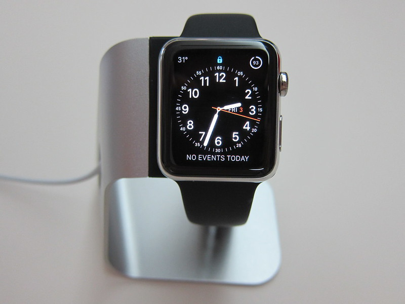 Spigen Apple Watch Stand S330 - With Apple Watch