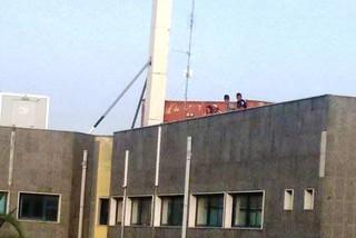 Ragazzini giocano sul terrazzo del Comune. Chi è responsabile?