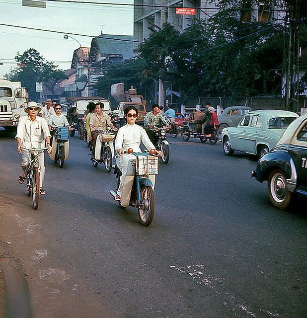 Saigon traffic (1971) - Đường Hai Bà Trưng cạnh góc HBT-Tự Đức - by Gerry Siegel (Honolulu)