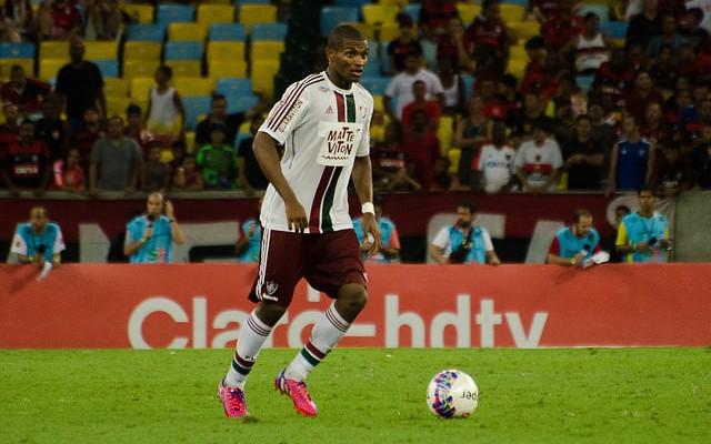 Fluminense renova com zagueiro Marlon