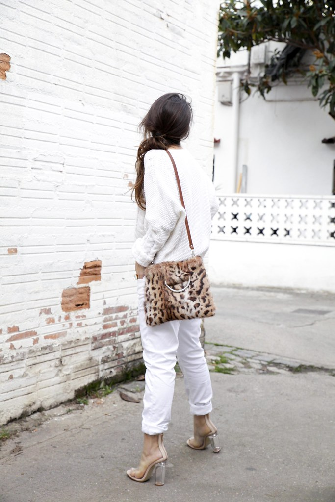 06_TOTAL_WHITE_OUTFIT_AND_LEO_LAURA_SANTOLARIA_THEGUESTGIRL_INFLUENCER_BARCELONA