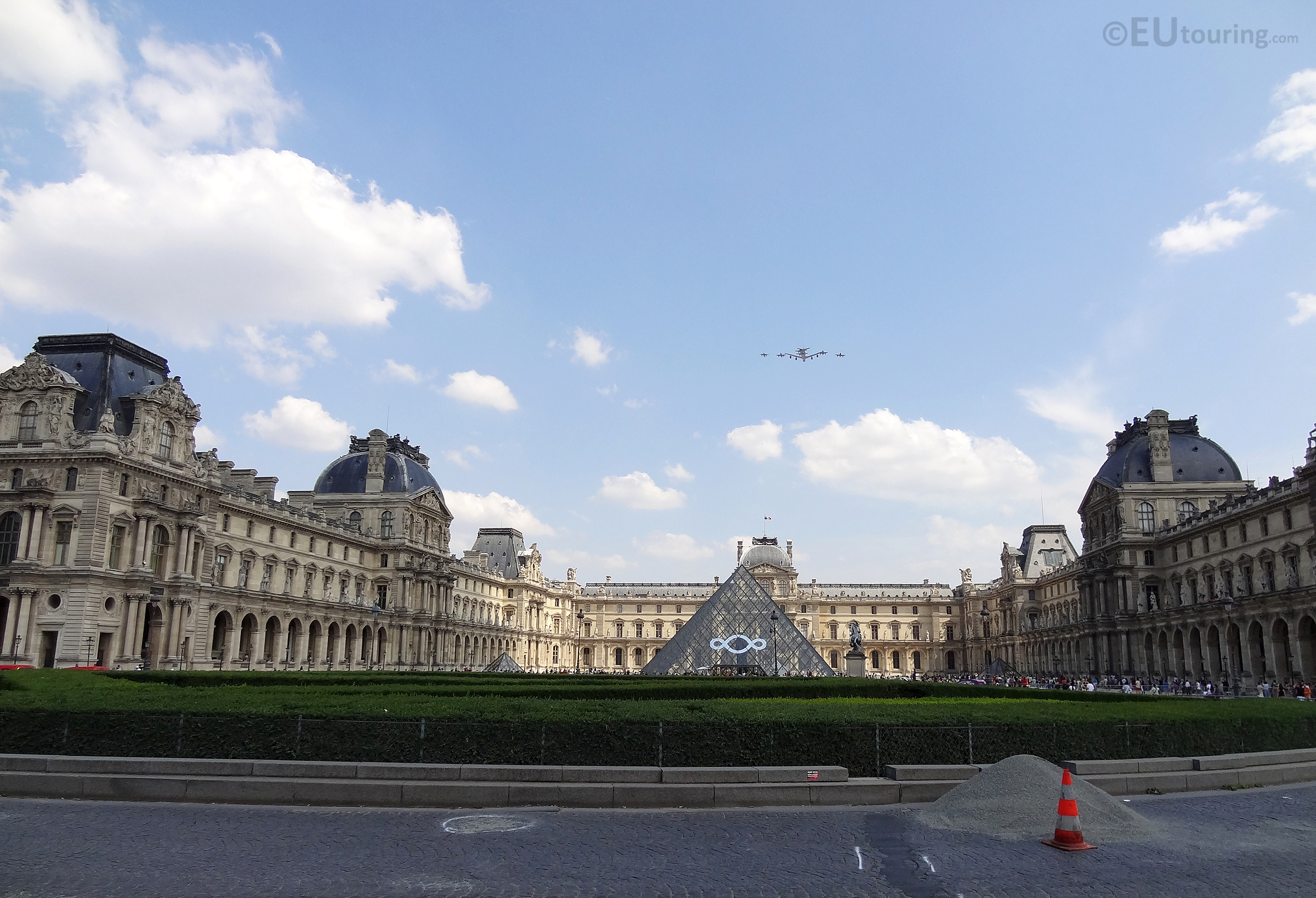 Collection of planes over the Louvre