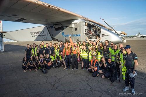 成功降落夏威夷後,團隊合照(來源:Solar Impulse網站)