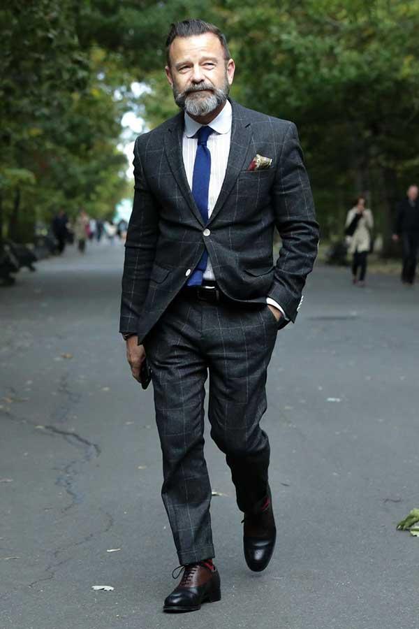 グレーウィンドペンスーツ×白ラウンドカラーシャツ×ネイビーネクタイ×黒茶コンビオックスフォードシューズ