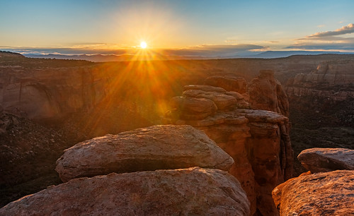 morning sun rock sunrise us colorado unitedstates spires canyon lensflare fruita coloradonationalmonument monumentcanyon
