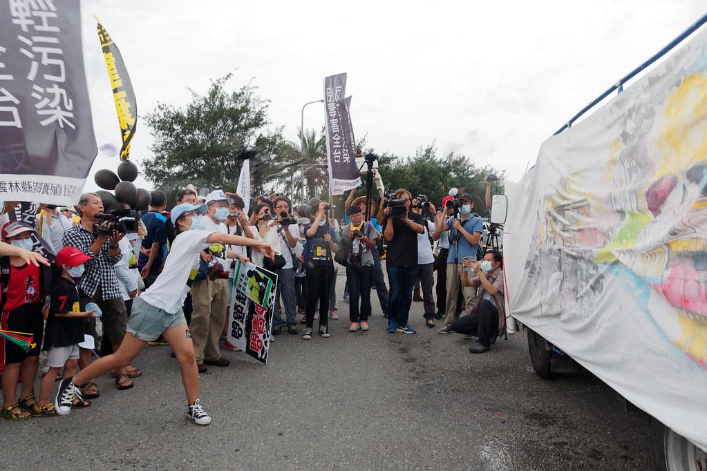 聲援者將墨水球砸向畫著六輕廠區的畫布,宣示反空污的決心。(攝影:林佳禾)