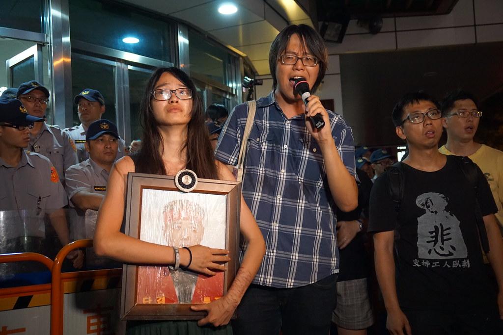 台灣聲援hydis工人連線前往中正一分局要求放人。(攝影:王顥中)