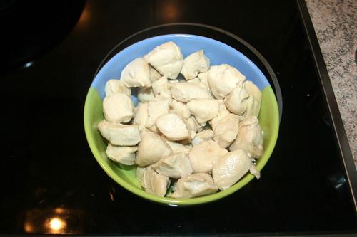 22 - Angebratene Hähnchenbrustwürfel entnehmen / Remove seared chicken dices