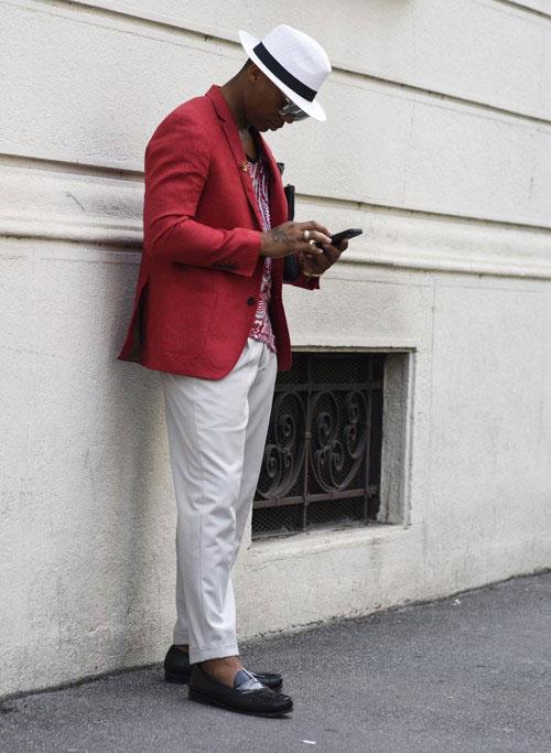 赤テーラードジャケット×ホワイトパンツ×黒コインローファー