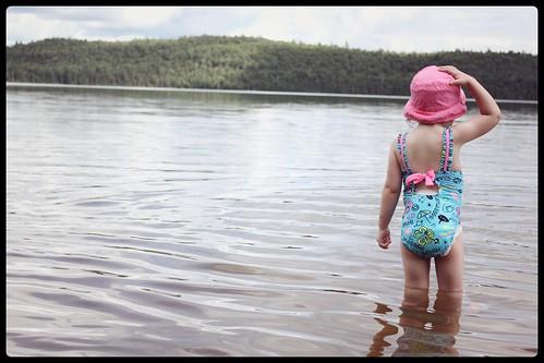 bébé fille lac au sable
