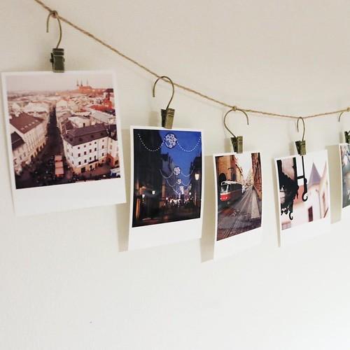 あとは、カーテンクリップで麻紐にぶら下げるだけ。簡単に写真の展示。