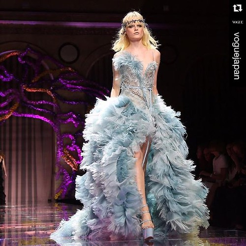 #Repost @voguejapan with @repostapp. ・・・ アトリエ・ヴェルサーチのオートクチュールコレクション。 Versace's Haute Couture collection. @versace_official @fashiontomax @maximsap @nichapats