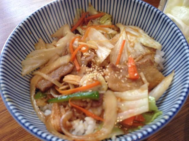 野菜豬肉丼 (中碗$140/大碗$160),是豬五花搭配高麗菜、胡蘿蔔絲等蔬菜@台北大安,佐藤精肉店