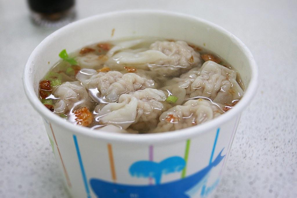 環保碗裝的扁食湯....扁食給的很多啊!幾乎舀下去都是扁食