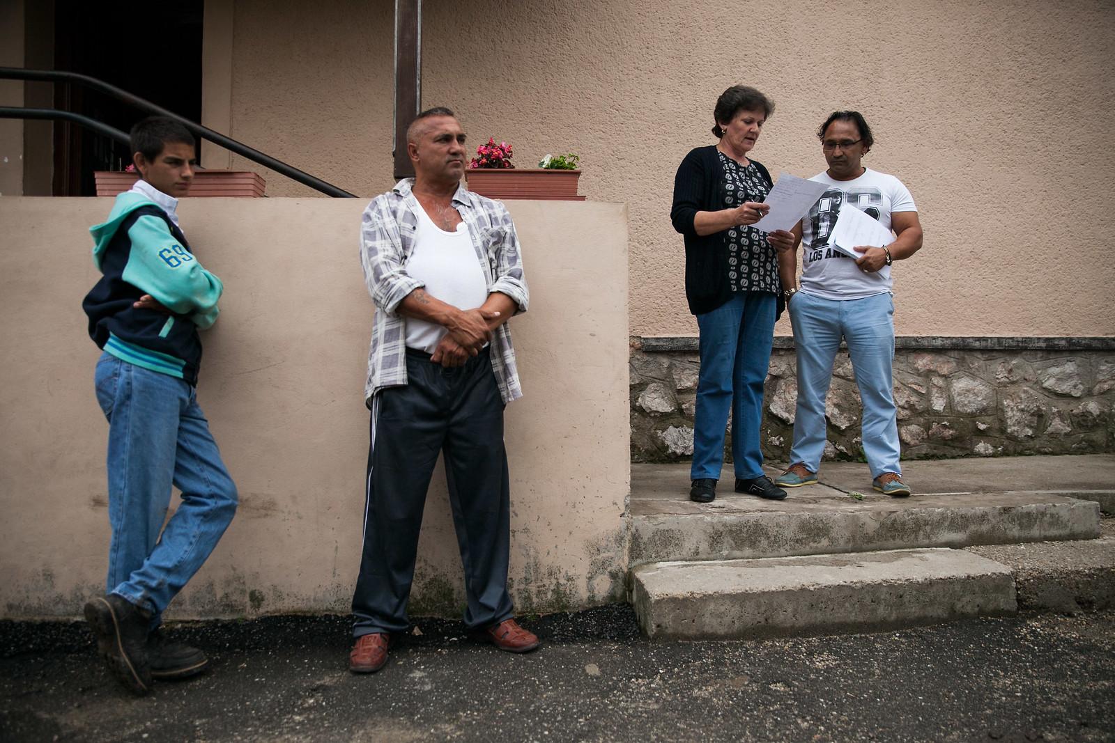 A polgármester és munkatársa névsorolvasást tart a közmunkásoknak Tornanádaskán, 2015 nyarán | Fotó: Magócsi Márton