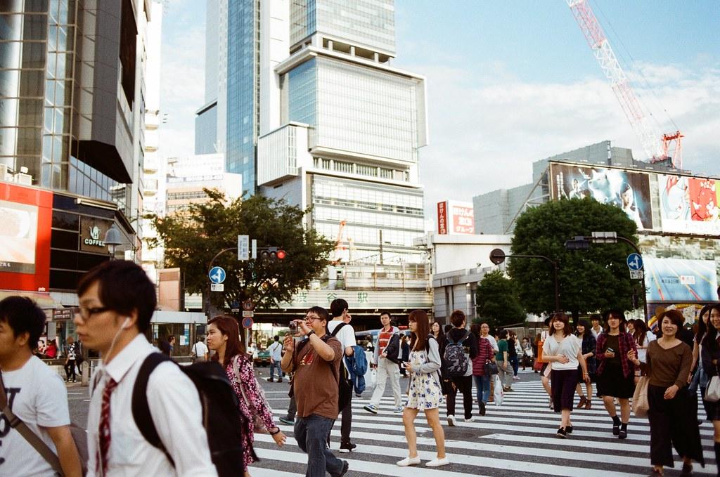 渋谷 Tokyo, Japan / Kodak ColorPlus / Nikon FM2 後面是渋谷駅的字樣,這裡之前來過,在那個更之前的時候拍了一個畫面,說了一句還好會錯意後,被對方搞不清楚狀況而生氣。  這是補紀錄的畫面。  Nikon FM2 Nikon AI AF Nikkor 35mm F/2D Kodak ColorPlus ISO200 0997-0015 2015/10/02 Photo by Toomore