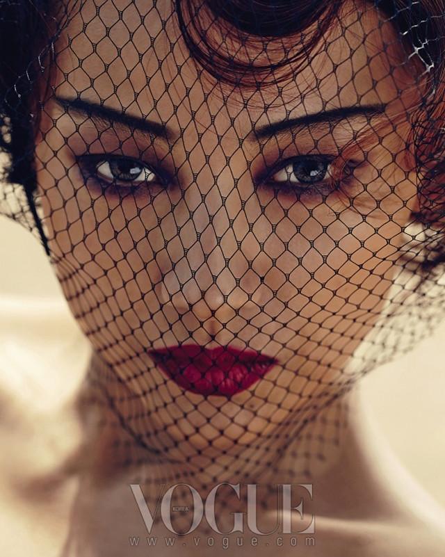 Lee Hyori hóa lạ lẫm với mỹ nhân rạp xiếc  trên Vogue