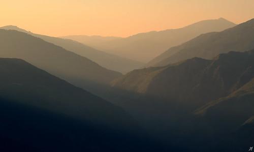 morning light sun mist mountain river landscape early ray view top hill deep drop minimal greece valley layers rays range sunray calda valia ioannina epirus armata ελλάδα τοπίο βουνό pades ipiros ομίχλη όρη αυγή πρωί θέα ποτάμι ιωάννινα οροσειρά κοιλάδα επαρχία βλάστηση αντηλιά επίπεδα βασιλίτσα ήλιοσ ήπειροσ όροσ λαγκάδια βάλιακάλντα ακτίνεσ βάλια κάλντα χλωρίδα άρματα πλαγιά χαράδρα τύμφη πανίδα πάδεσ καταχνιά ακτίνα σμόλικασ αχτίδα πλαγιέσ ακτίδα padhes