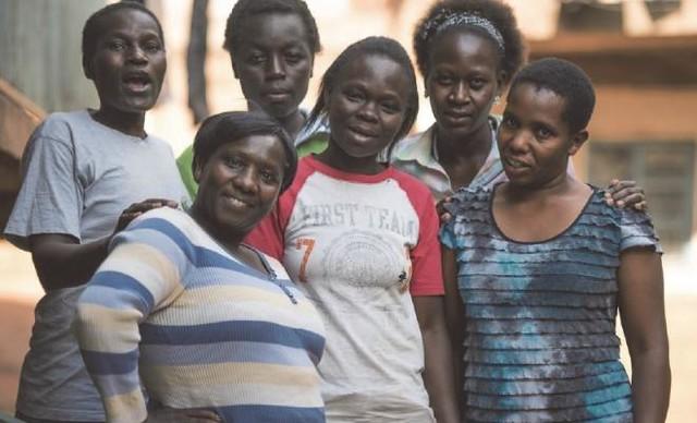 Membras do Shining Mothers, grupo de mulheres que ajuda a ensinar habilidades empresariais e a aumentar a conscientização de seus direitos - Créditos: Allan Gichigi/Oxfam