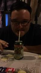 Manu tomando chela con bombilla