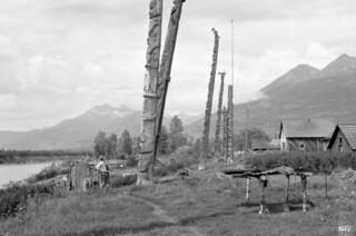 Totem poles at Kitwanga, Grand Trunk Pacific Railway / Des totems à Kitwanga, Chemin de fer Grand Tronc Pacifique