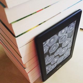 Symbolbild: neben zwei echten #Büchern habe ich ca. 10 Schmöker auf'm #Kindle inhaliert. Richtige #schmöker, #schnulzen, #liebesromane, nichts anspruchsvolles halt. Jetzt kommen #Krimis dran :) soviel hab ich schon lange nicht mehr gelesen! #eBookReaderLe